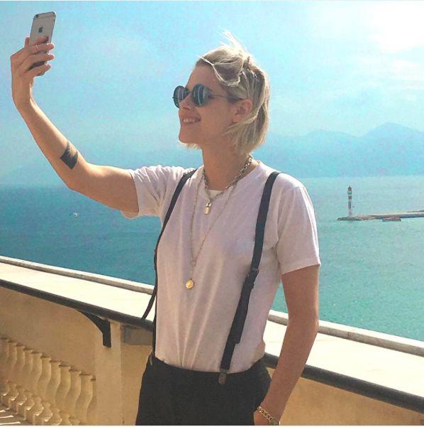 NOVA FOTO DE KRISTEN STEWART EM CANNES (12-05-2016)   Foi publicada pelo Instagram oficial da Chanel.