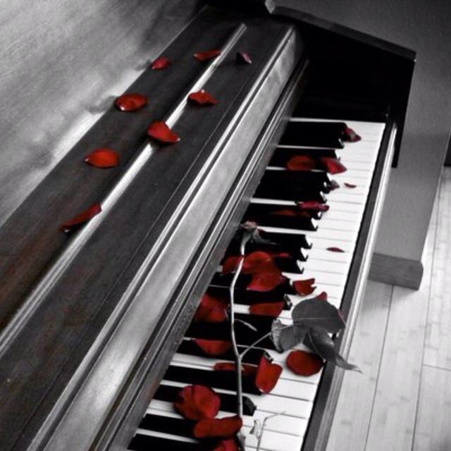 Un pianoforte e delle rose rosse...