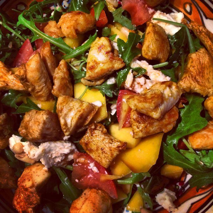 Kruidige kip, mango, pijnboompitten, mozzarella, balsamico azijn, rucola, tomaat... O zoooo lekker!
