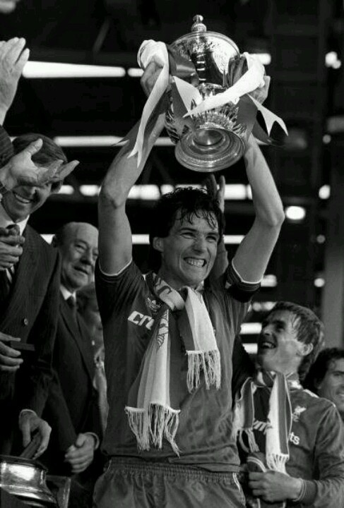 Alan Hansen lifts the 1986 FA Cup for Liverpool .... Get your FREE DOWNLOAD of the SportsQuest app at www.sportsquestapp.com @SportsQuestApp