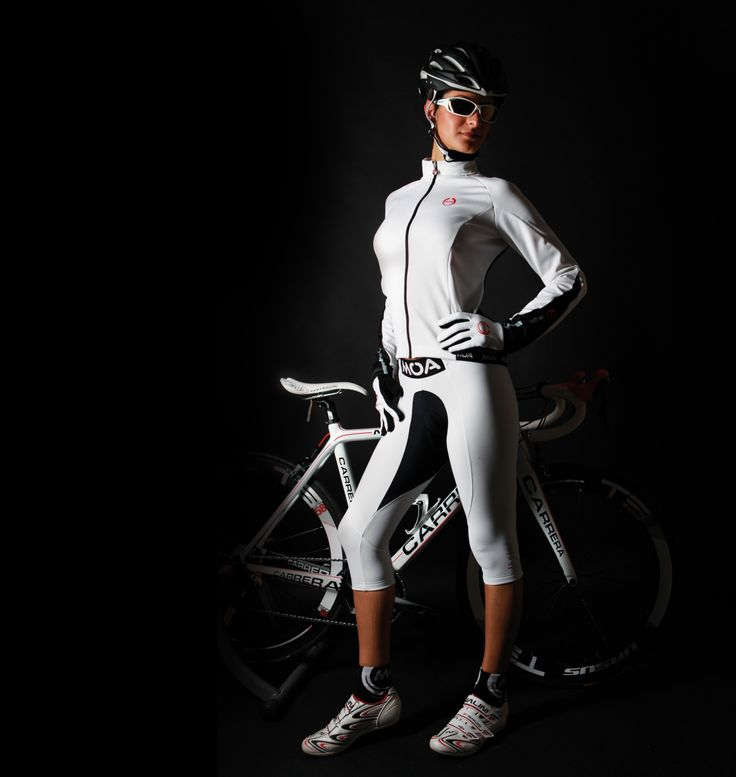 Giacca termica elasticizzata antivento a taglio ergonomico per una eccellente libertà di movimento in bicicletta. L'inserimento posteriore dell'innovativo sistema di aerazione GILL SYSTEM favorisce la migliore termoregolazione per una traspirazione ottimale del corpo.Il trattamento antigoccia Manto WRT protegge da leggere piogge ed umidità.