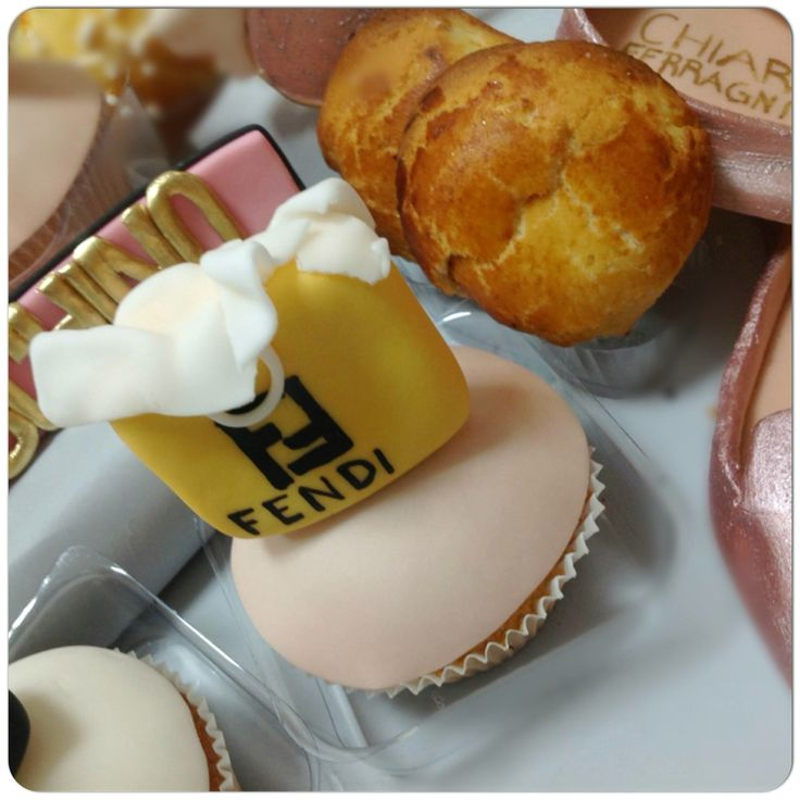 """O si é un'opera d'arte o la si indossa"" 🎀Oggi colazione con nuove #slippersShoes di The Blonde Salad by Chiara Ferragni  ☕🍪️💕💞💓Non sono straordinarie? #cakeDesign #sunglasses  #tableBreakfast  #sessaspecialcakes#fendi #cupcakes#breakfast#pasticceriasessa#love#fashion#mood#shopping"