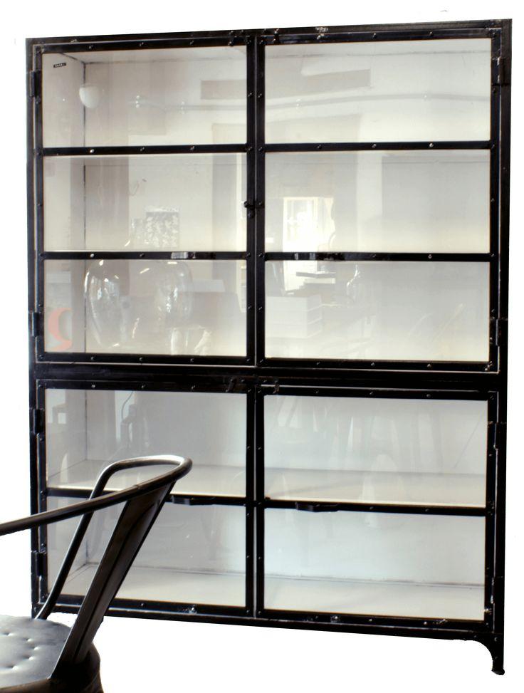 Grote industriële kast van ijzer, met glazen deurtjes. Voor opslag, als showcase of om je verzameling in uit te stallen. quip&Co, industrieel design