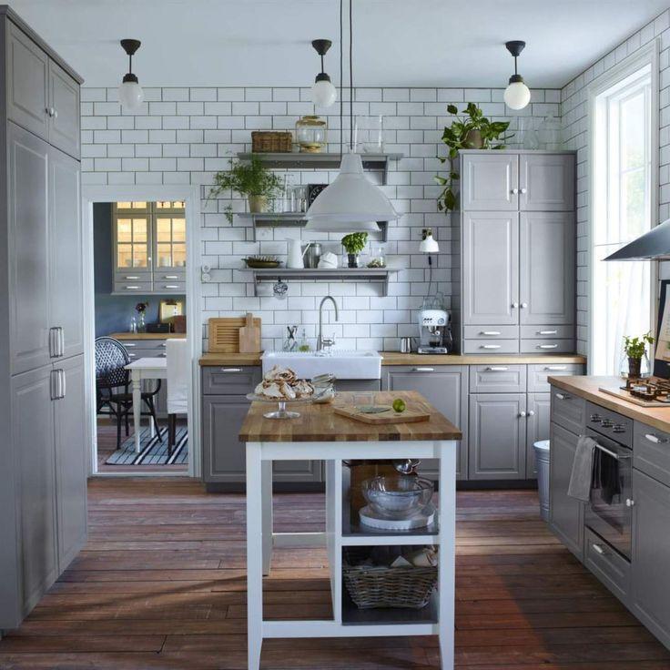 <span>Trendigt i grått. Kombinera det klassiska lantköket med öppna vägghyllor för fin överblick och luftig känsla. Här stommen Metod med luckan Bodbyn i grått från Ikea.</span>