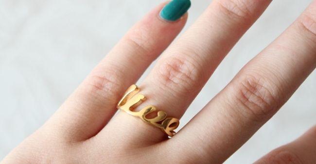 Beautyblogger Teske (Teskuh.nl) ontwierp deze gouden ring met de tekst 'live'. Knalt er mooi uit naast haar blauw nagellak! Op zoek naar een uniek en persoonlijk sieraad voor jezelf of als cadeau, net als Teske? Op http://www.Suuz.com is het in vier stappen gebeurd!