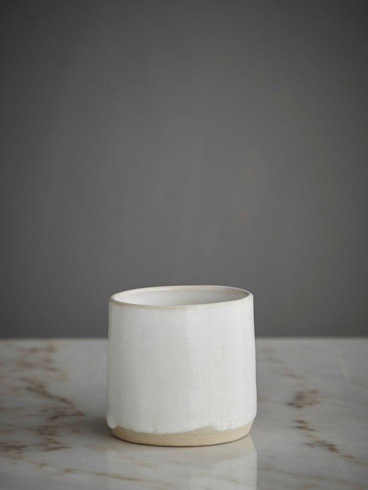 Handgjorda kaffemuggar från svenska Västergården i ett samarbete med Artilleriet. All keramik drejas för hand i Västergårdens verkstad i Fiskhamnen Göteborg. Varje exemplar är unikt och håller en mycket hög kvalitet, Bruksvaror som tål att användas varje dag.