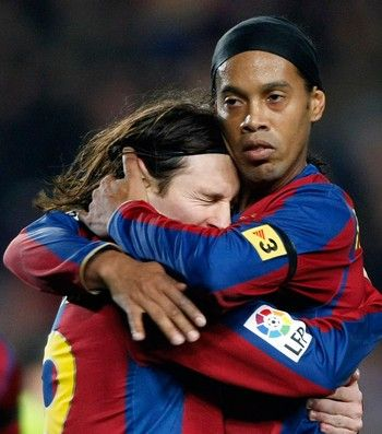 Messi e Ronaldinho, Barcelona (Foto: Reuters)