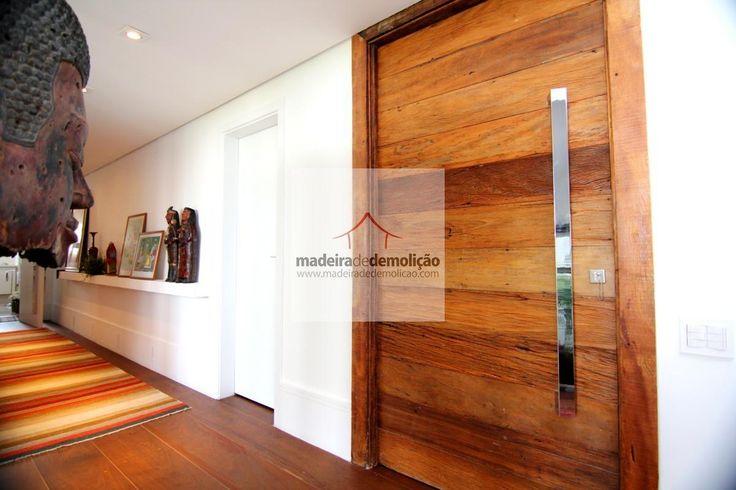 Elegante e requintado, este status é natural a um ambiente que utiliza madeira de demolição. Como este exemplo, no piso e na porta pivotante. Um luxo!