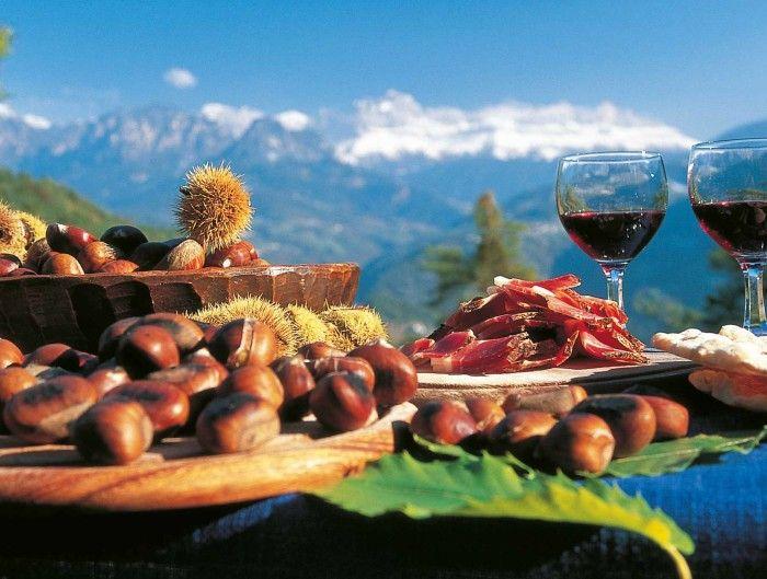 Wenn sich im Herbst in Südtirol die Türen alter Bauernstuben öffnen und der Dampf von Knödel, Schlutzkrapfen, Hauswürsten mit Sauerkraut und Speck oder Selchfleisch mit dem Duft des jungen Weines vermischt: Dann ist Törggelen Zeit!