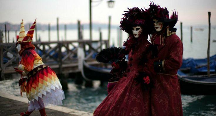 Με ιστορία που χάνεται στα βάθη των αιώνων και καταβολές που αντλούνται από τα ρωμαϊκά Saturnalia και τις ελληνικές διονυσιακές γιορτές, το καρναβάλι της Βενετίας, στο οποίο οι συμμετέχοντες φορούν εντυπωσιακά κοστούμια εποχής και βενετσιάνικες μάσκες και μεταμφιέζονται σε αρλεκίνους, δόγηδες, κοντεσίνες, ντόμινο, βαρόνους, μαρκησίους και καζανόβες, δίνουν στο καρναβάλι της Βενετίας το μοναδικό χαρακτήρα του και το κάνουν να ξεχωρίζει ως το αυθεντικότερο του κόσμου. http://www.iefimerida.gr/