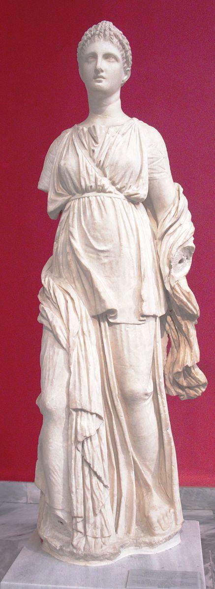 Statua in marmo pario della dea greca Artemide rinvenuta a Delo e oggi conservata presso il Museo archeologico nazionale di Atene. La dea indossa un chitone, un peplo e un himation. La cinghia indossata diagonalmente sul petto indica che portava una faretra piena di frecce.