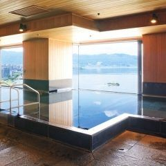 長野県上諏訪温泉のホテル紅やは贅沢に諏訪湖を一望する展望浴場や多彩なお風呂が魅力の宿です 特に展望浴場は温泉街で一番高い場所にあるので邪魔されるものがなく絶景です 食事は和食から本格フレンチまで予算や目的に合わせてセレクトできますよ tags[長野県]