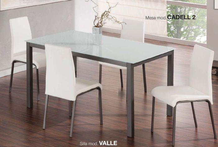 Pack Valle-Cadell: Conjunto de mesa metálica, con tapa de cristal blanco o negro. Md:140x90x75cm Cuatro sillas metálicas tapizadas en negro o blanco. Se sirve en KIT de muy fácil montaje y con instrucciones claras. Cristal templado de 8mm. Estructura metálica con recubrimiento cromado. Patas con tapas de plástico antirrayado. Tapizado en PVC lavable.