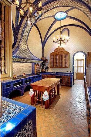 Cocina estilo tradicional mexicano con azulejo azul