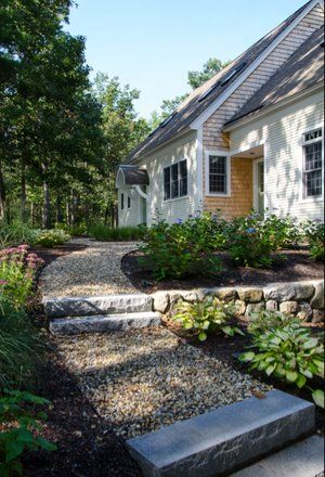 Flat basalt stone steps with gravel walkway - Portland, Oregon