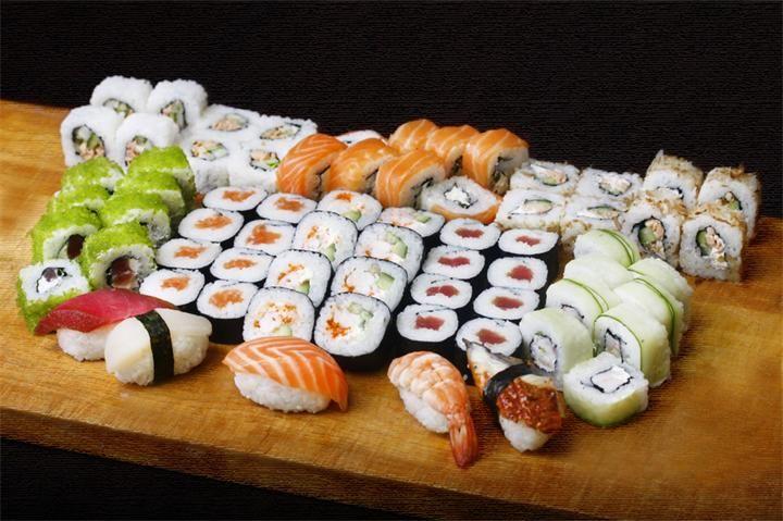 Суши и ролы Суши— блюдо традиционной японской кухни, приготовленное из риса с уксусной приправой и различных морепродуктов, а также других ингредиентов. С начала 1980-х суши получи...