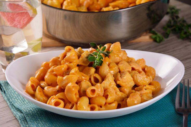 Los coditos siempre son el plato favorito de todas las familias, esta receta de coditos en una salsa cremosita de chipotle con queso cheddar y queso manchego es deliciosa. Además, lleva cubitos de pollo. ¡Wow!