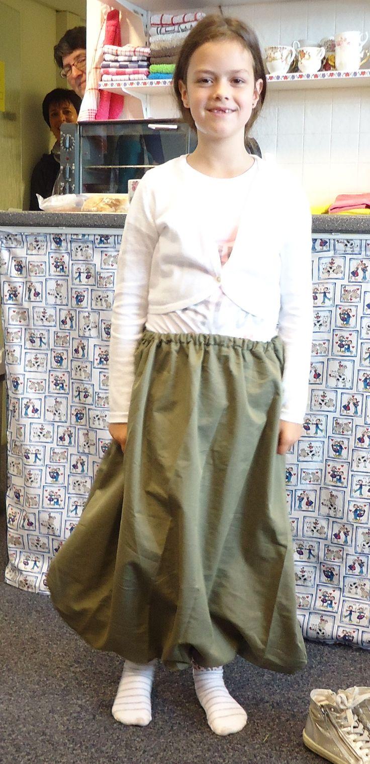 Het is nog maar het proefmodel, maar het begint al ergens op te lijken! Maud is bezig haar eigen carnavals-outfit te maken :)