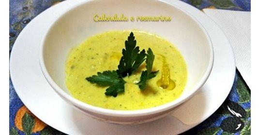 Crema di zucchine e fiori di zucca con cocco e zenzero