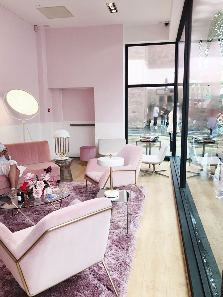 Glossier is coming to London soon - and we had their first visit this weekend! Find out more about this first glimpse the UK had at the wonderful pink world of Glossier in today's post!