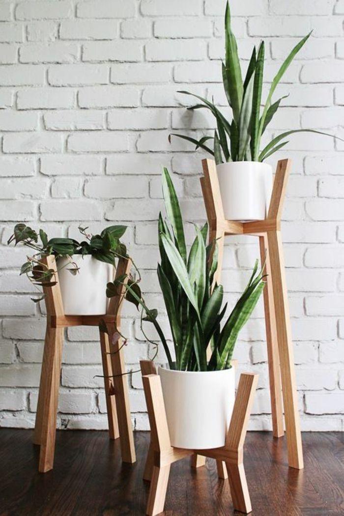 porte plante en bois clair et pots blancs déco intérieure zen et