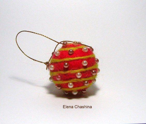 Новогодний шарик из шерсти.Сухое валяние.Декор бисер