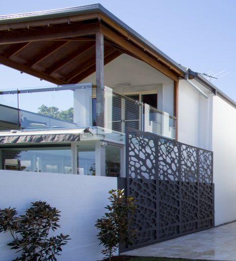 paravan metalic exterior decorativ montat in prelungirea gardului