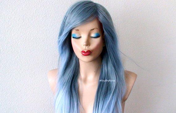 Perücken von Keke 2015  Farbe: Pastel blau grau / blau Ombre Sky Frisur: Halb welliges Haar mit sanften Ebenen und lange Seite Pony Gesamtlänge: 26+ Nacken bis zur Spitze: 20 Knallt Länge: 13- 14 Teil: Kreis Mittelteil auf beiden Seiten getrennt werden kann oder ein off Center Mittelteil mit der Haut Farbe Kopfhaut Cap Größe: Durchschnitt 22,5 angepasst werden in 22-23  Netto Gewicht: 8,75 oz. Haartyp: Premium Futura hitzebeständiges Kunsthaar  Besondere Merkmale:  Sehr weich und natürli...