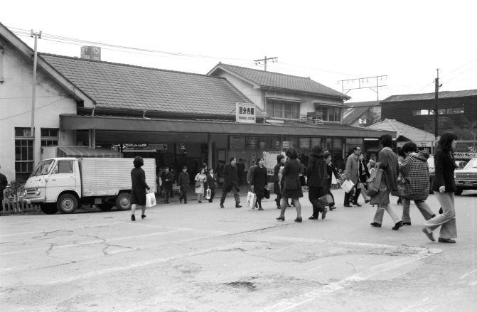 国分寺駅北口 1975. 3        国分寺駅北口 中央線国分寺駅の北口です。今は大きなビルになって、この辺りはタクシー乗り場になっています。でも変わったのは駅の直前だけ。商店街の再開発は遅々として進みません。