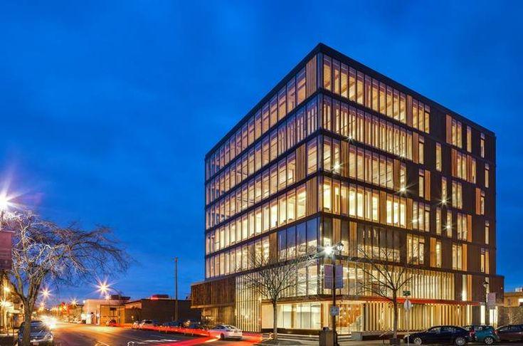 El arquitecto canadiense Michael Green desarrolló un sistema constructivo para levantar rascacielos de madera. Sostiene que el empleo de este material en reemplazo de los tradicionales es ideal para revertir el cambio climático y densificar las ciudades de un modo sustentable.