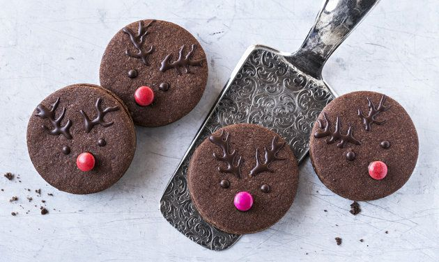 Rennes (biscuits fourrés au chocolat): Pâte: mélanger la farine, le cacao en poudre, le sucre glace, le sucre vanillé et le sel. Ajouter le beurre, sabler ...
