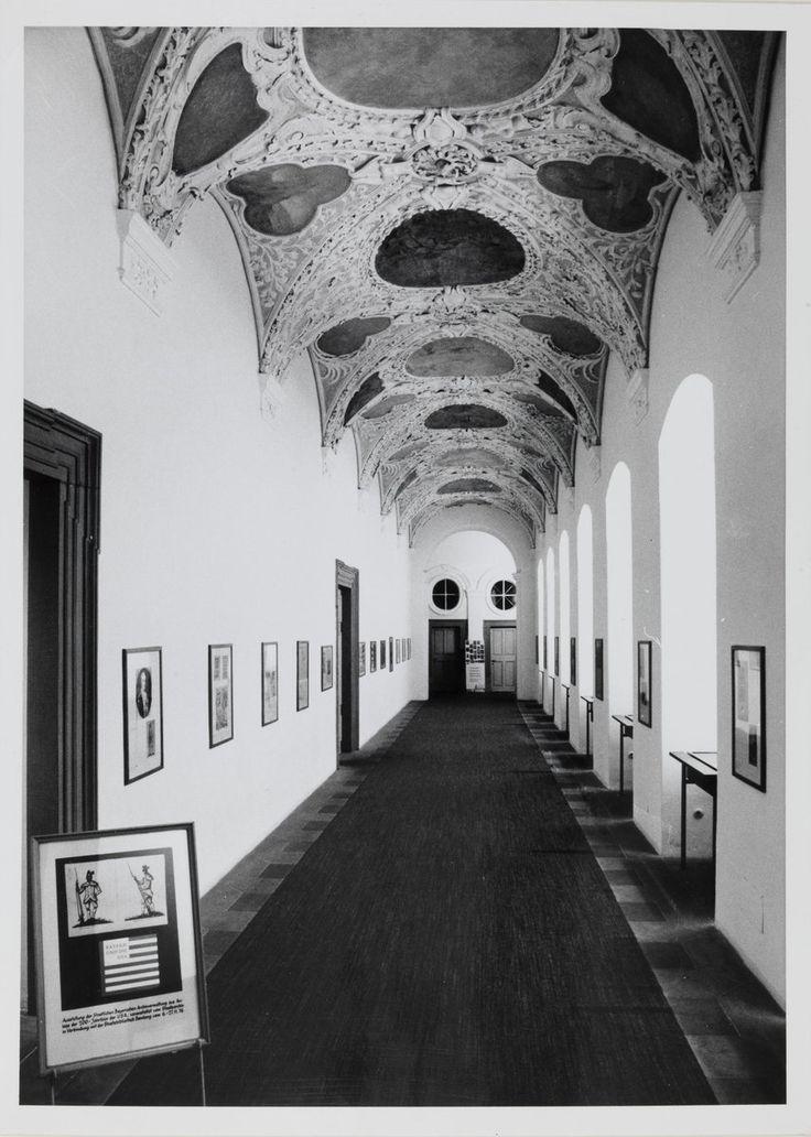 """Staatsbibliothek Bamberg: 50 Jahre am Domplatz - Eingangshalle neben dem Lesesaal im Jahr 1976. Präsentiert wird die Ausstellung """"Bayern und die USA"""" anlässlich des 200. Jubiläums der amerikanischen Unabhängigkeitserklärung."""