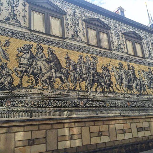 🖼Dünyanın en büyük porselen sanat eseri, Fürstenzug (Procession of Princes) Augustus caddesi Dresden'de bulunuyor. Ayrıca 23.000 Meissen porseleni kullanılan bu eserin uzunluğu ise 102 metreye kadar ulaşıyor.😍 Fürstenzug tamamını görmek için sağa kaydırın 👍🏻➡️ #senemgeziyor #dresden #fürstenzug by (birtatbirseyahat). cokgezenlerkulubu #objektifimden #kesfettik #traveling #gezlist #dailyphoto #ig_today #gezmedikyerbirakma #dresden #kings_luxury #gezimanya #fürstenzug #mylittletinyatlas…