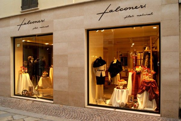 Vetrine per punto vendita Falconeri a Lecco  #vetrine #insegne #arredi