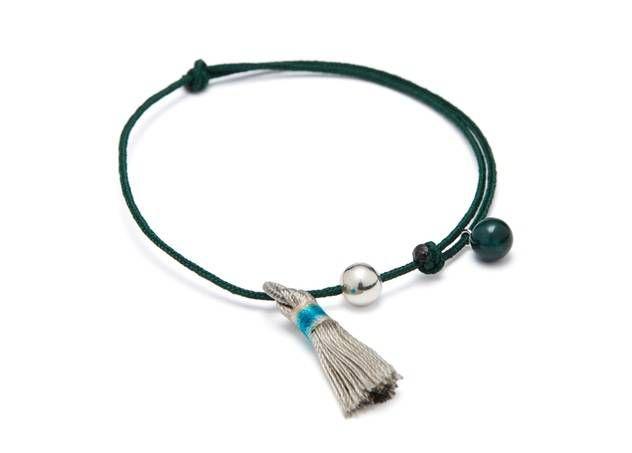Verstelbare armband op groen touw met zilverkraal, groene porseleinkraal en pompon van Louise Kragh - www.legoutdescouleurs.be