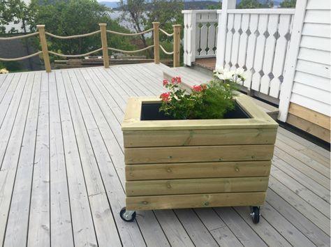 Til mamma sin bursdag fekk eg for meg at eg skulle laga ein stor blomsterkasse på hjul. Terrassen...
