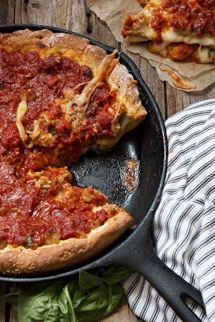 A Chicago style deep dish pizza, cooked in a cast iron skillet. Filled with cheese and sausage and uses a quick and easy homemade dough, all cooked up in a cast iron skillet! Cast Iron Skillet Cooking, Iron Skillet Recipes, Cast Iron Recipes, Skillet Meals, Cast Iron Pizza Recipe, Cooking With Cast Iron, Skillet Chicken, Baked Chicken, Pizza Recipes