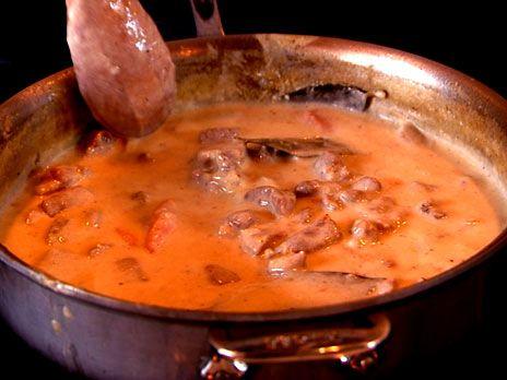 Dillkött, kokt kalv i sötsyrlig dillsås. Servera med pressad potatis.