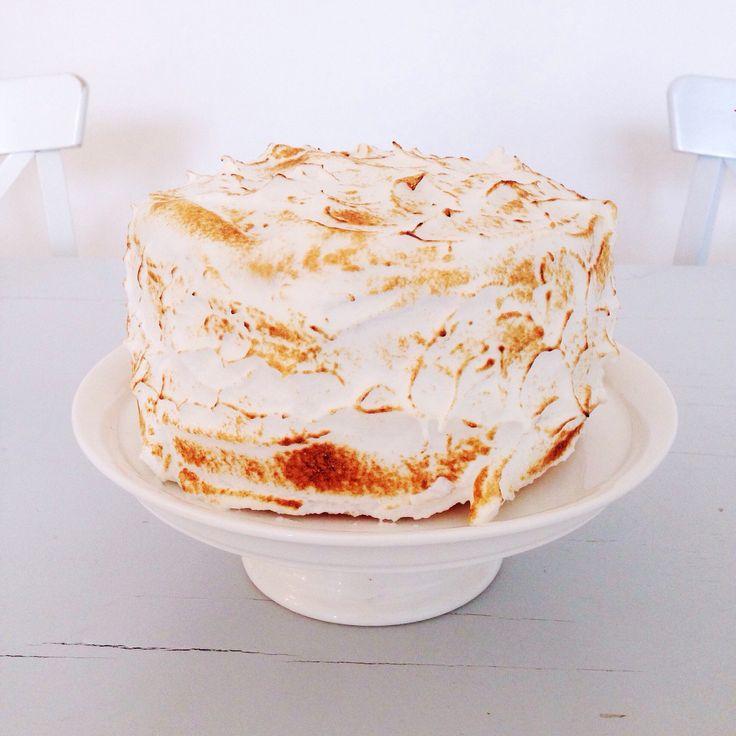 Voilà le fameux Lemon Layer Cake confectionné pour l'anniversaire de mon Papa…un grand gâteau à étages fourré au Lemon Curd et recouvert de meringue italienne …un délice !  Gâteau de 10-12 personnes La genoise 180 g de beurre mou 285 g de sucre 2 sachets de sucre vanillé 3 pincée de sel 3 œufsContinue Reading