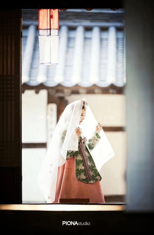 Korean pre wedding photography,Korean pre wedding photo shoot,Korean traditional clothes pre wedding photo,Korean traditional concept pre wedding photo,pre wedding session in Korea,Korean pre wedding studio,hellomuse