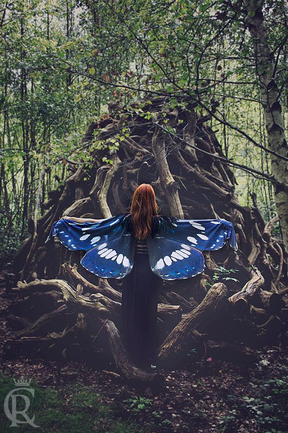 This beautiful cloak is made in printed cotton.  Is inspired in a real butterfly, so I make a small cape with black feathers of high quality and