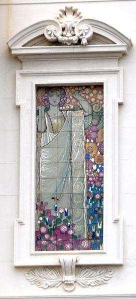 """Villino Flora"""", 1912, decorazione ceramica di Galileo Chini. Viale Carducci, Viareggio. Galileo Chini, Pannello con figura femminile, 1920 ca. Manifattura Fornaci di San Lorenzo – Collezione privata"""