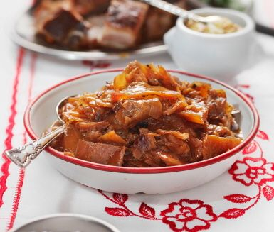 Mumsig brunkål med underbar smak som passar perfekt på julbordet! Puttra ihop din hemmagjorda kål med sirap i grönsaksbuljong och duka upp den tillsammans med korv, köttbullar och revbensspjäll.