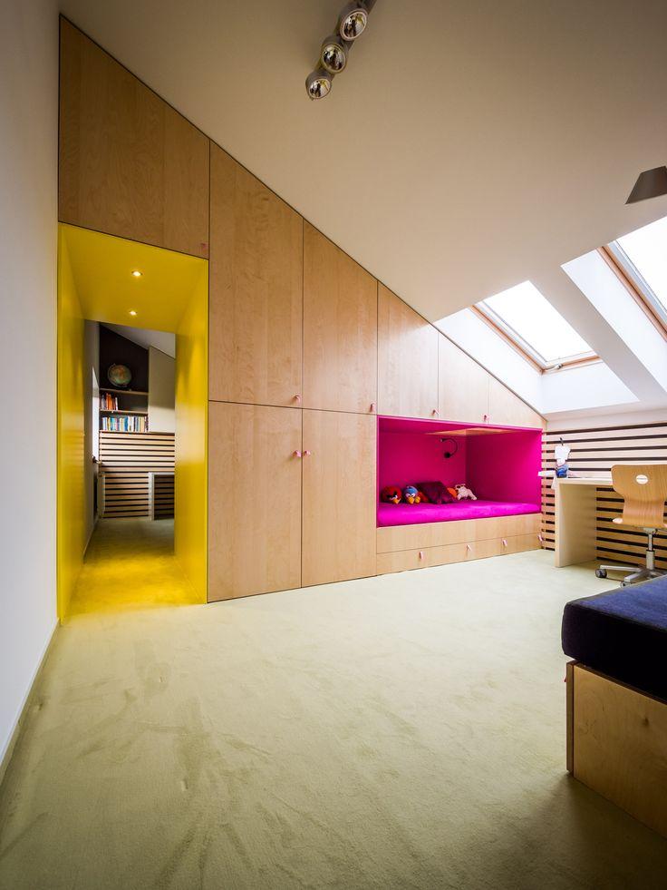 Dva dětské pokoje vznikly rozdělením jednoho velkého. Doprostřed místnosti o skoro 30 m² byl vložen trojúhelníkový blok, ve kterém zároveň vznikly spací niky pro děti - ProŽeny.cz