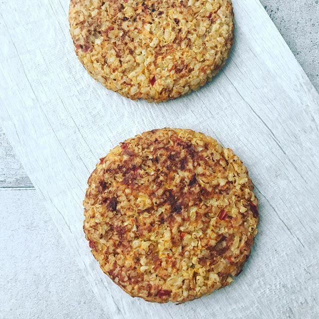 👌😍HAMBURGUESAS DE ARROZ YAMANÍ, QUESO Y TOMATES SECOS😍👌 🔸Necesitas (rinde 4 hamburguesas):  🔻1 cebolla chica  🔻1  taza de arroz yamaní o integral (en crudo).  🔻6 tomates secos hidratados y picados (lo hacen simplemente dejándolos reposar en agua tibia por 20 minutos).  🔻1/3 morrón (opcional).  🔻3 cucuaharadas soperas de queso en hebras light (reemplazable por levadura nutricional sabor queso si no consumen lácteos).  🔻3 claras o 1 huevo y 1 clara.  🔻Opcional: 1 diente de ajo o…