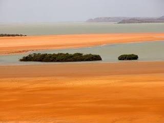 Esta foto muestra el desierto junto con el mar algo se ve poco , pero por las caracteristicas climaticas de Colombia