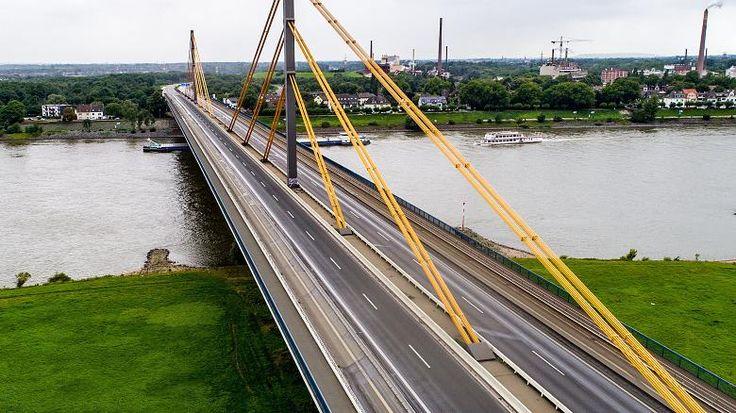 Kurioses Bild am Freitagvormittag auf der gesperrten A40-Brücke in Duisburg: Da, wo normalerweise tausende Autos rollen, hoppelte eine komplette Schafherde über den Rhein. Ein Schäfer durfte die Autobahn zum Wechseln der Weidegründe nutzen - ausnahmsweise.