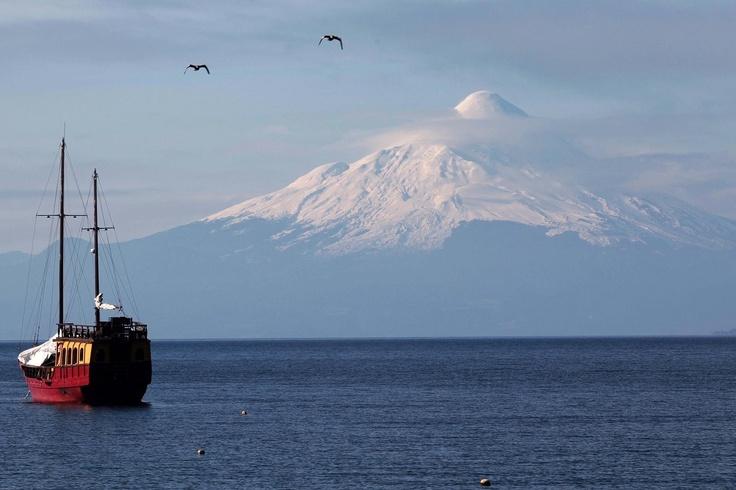 LAGO LLANQUIHUE, VOLCAN OSORNO.  Puerto Varas, Chile
