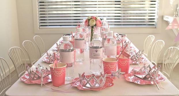 こちらのバースデーパーティーはプリンセスがテーマ。濃いピンクと薄いピンク、白がテーマカラーですが、そこにお土産用にお皿に置いたティアラと魔法の杖のシルバーがピリっときいてます。