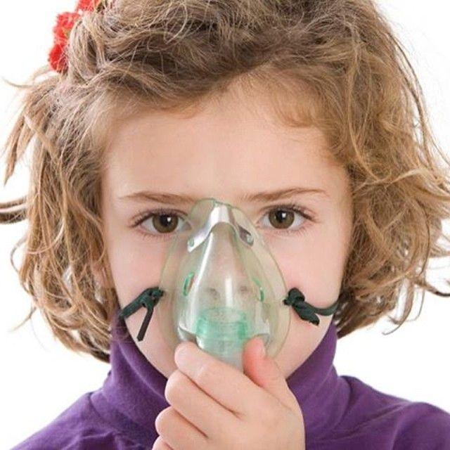 """#SimplementeBienestar: """"¿Cuáles son los síntomas comunes del asma en los niños?"""". El #asma es una enfermedad crónica que afecta las vías respiratorias, las cuales se encargan del traslado del aire hacia dentro y fuera de los pulmones. Cuando una persona tiene este padecimiento, las paredes internas de estas vías se sensibilizan y se inflaman ocasionando una crisis en el paciente."""